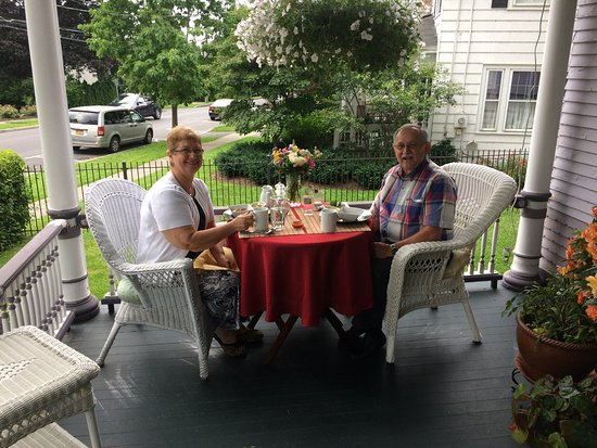 Skaneateles, นิวยอร์ก: Breakfast is served on the outside wrap-around porch