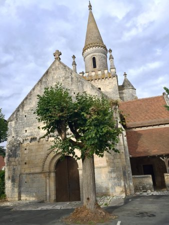 Bonnes, Γαλλία: Très belle église romane