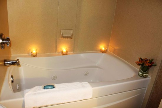 Best Western Plus St. Christopher Hotel: Whirlpool tub