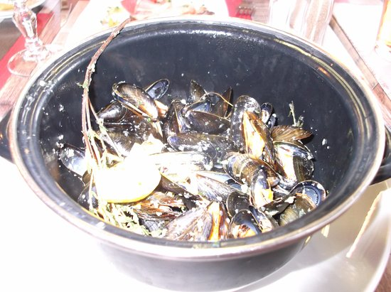 Apremont, Fransa: Entre of Moules with herbs and lemon