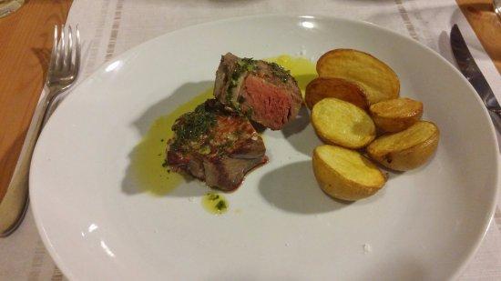 Vecchiano, Italien: Wołowina z pieczonymi ziemniakami.