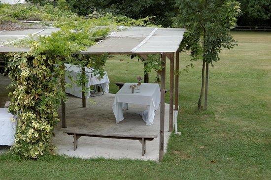 Saint-Beat, Франция: terrasse extérieure choisie pour apéritif