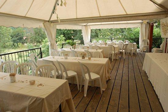 Saint-Beat, Франция: prolongement de la salle à manger sur terrasse extérieure