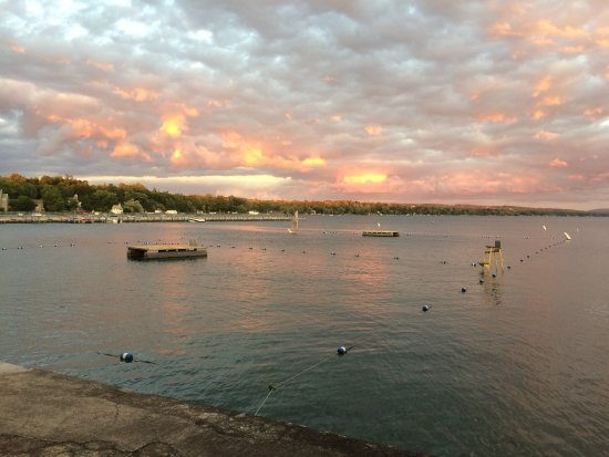 Skaneateles, นิวยอร์ก: The Swimming area as you step out the door of the Lady of The Lake