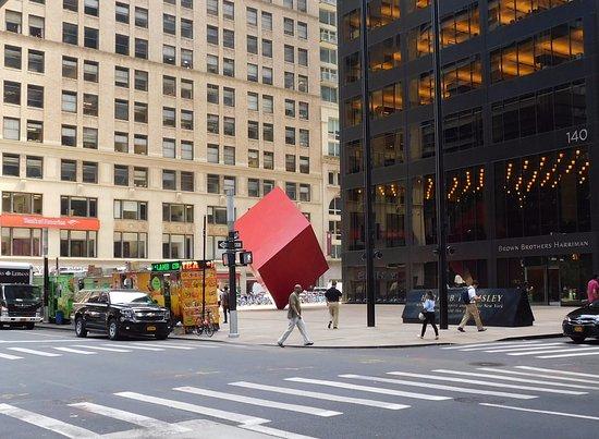 Red cube, de Isamu Noguchi