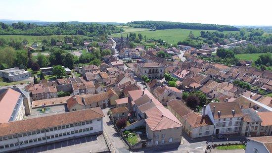 Blamont, Frankreich: Vue générale sur le bourg riche en architecture du XVIIIe siècle et portes monumentales