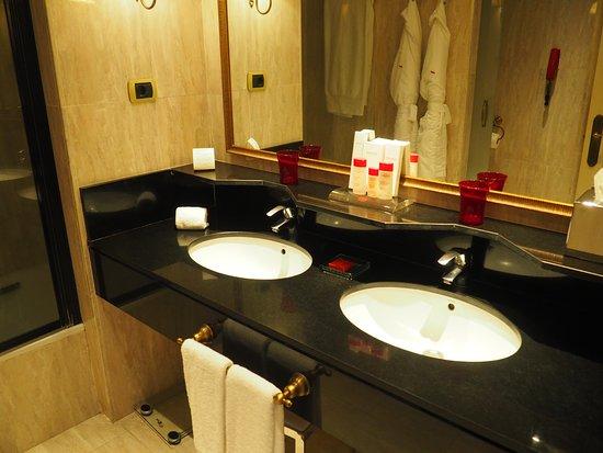 Gran Melia Don Pepe : Red Level Supreme bathroom. very spacious.