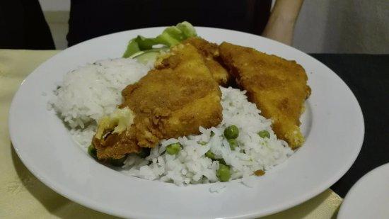 Csorna, Hungary: Rántott sajt zöldborsós rizzsel