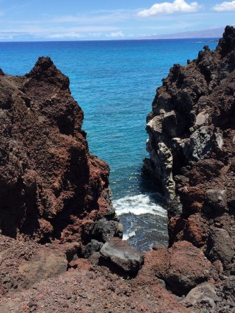 ไวโคเลา, ฮาวาย: Lava rock outcroppings at 49 Black Sand Beach