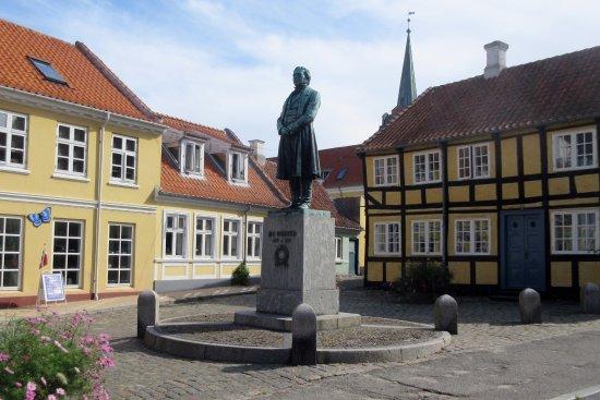 Statuen af H. C. Ørsted på Gåsetorvet - Billede af Rudkøbing, Langeland - TripAdvisor