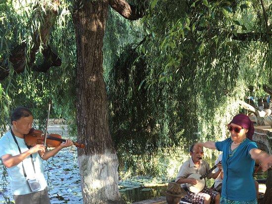 Green Lake (Cui Hu): Folk musicians and dancing