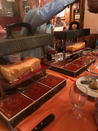 Rougemont, Schweiz: 2 raclette melting magic machines - served 6 of us easily - although we had an appetizer beforeh