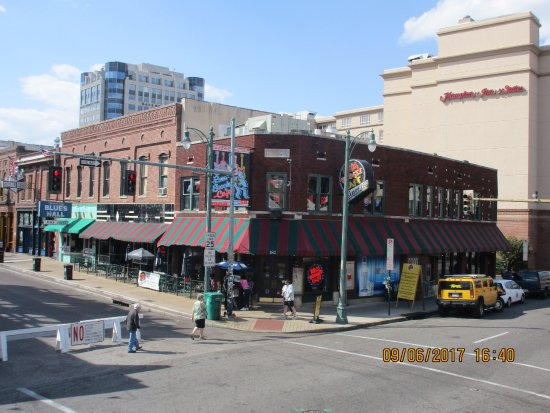 Hampton Inn & Suites Memphis - Beale Street: Corner of Beale St. Easy walk home at night