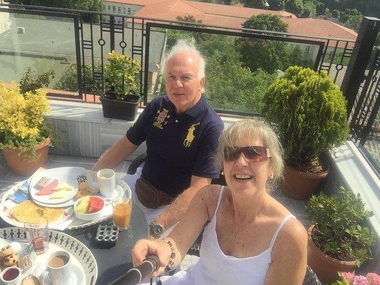 Agora Life Hotel: Desayuno El terraza del hotel Agora Life con aya Sofía de fondo