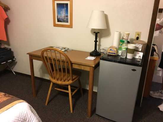 Alpine Motel: Refrigerator & Desk in Our Room
