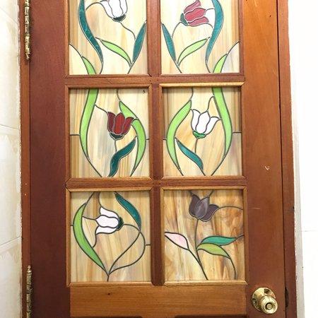 Paladar Los Mercaderes: stained glass door into bathroom