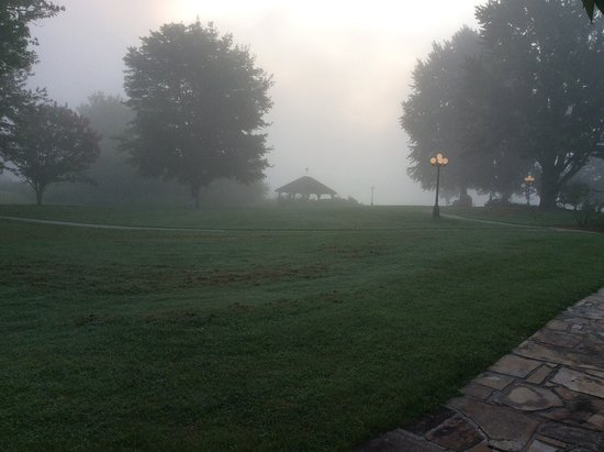 Young Harris, GA: Hotel grounds in the fog, early morning