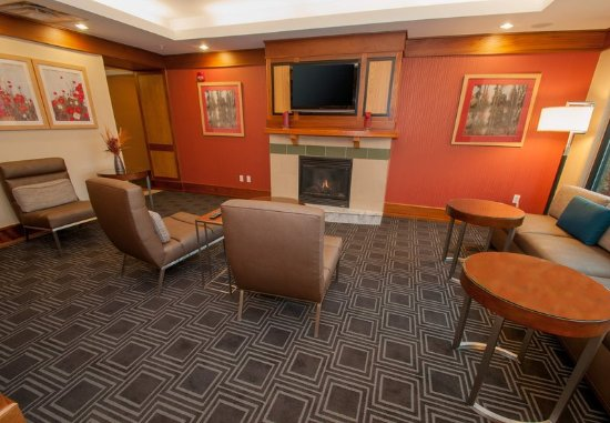 Moosic, PA: Lobby - Sitting Area with Fireplace