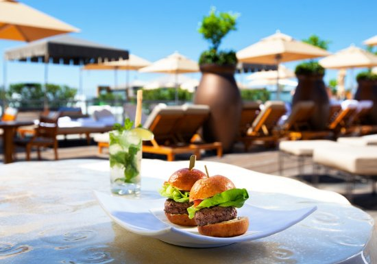 SLS Hotel, A Luxury Collection Hotel, Beverly Hills: poolside sliders