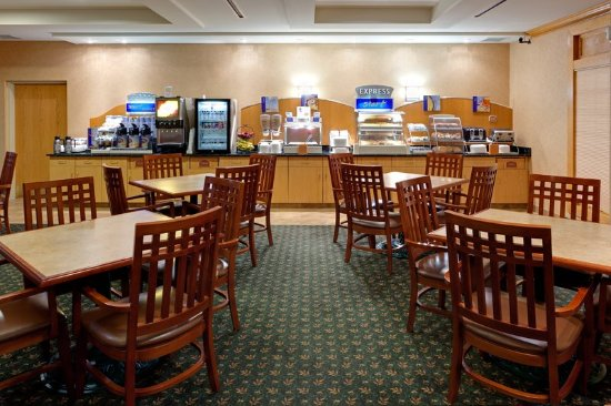 Holiday Inn Express Hotel & Suites Watertown-Thousand Islands: Breakfast Area
