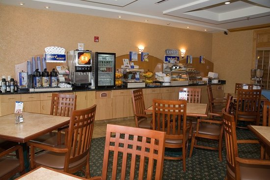 Holiday Inn Express Hotel & Suites Watertown-Thousand Islands: Breakfast Bar