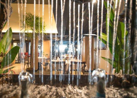 Truffles Bar & Ristorante: Restaurant see through a beautifull waterfall