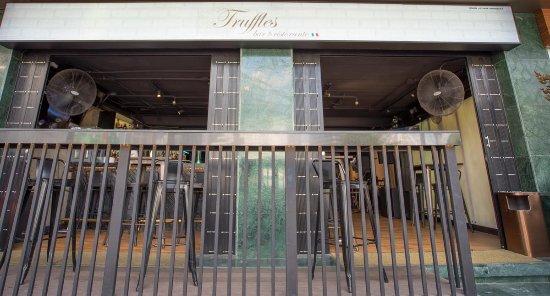 Truffles Bar & Ristorante: enterance to bar and restaurant