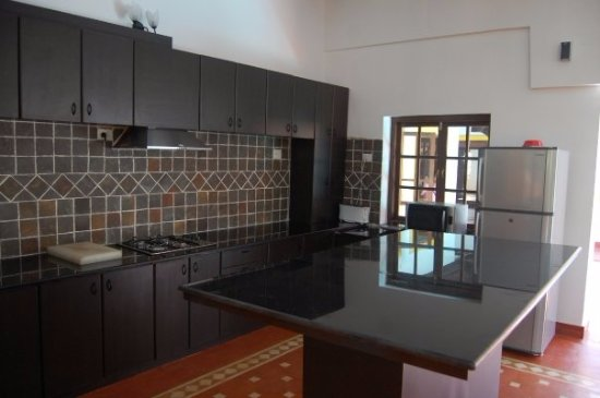 Little Siolim: Open plan kitchen and breakfast counter