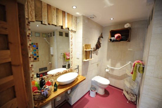Saint Ewe, UK: Wheelchair friendly bathroom in The Hayloft.