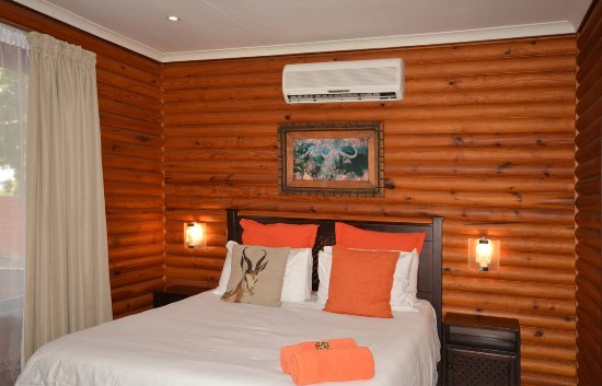 Sunset Lodge: Bedroom with queen bed