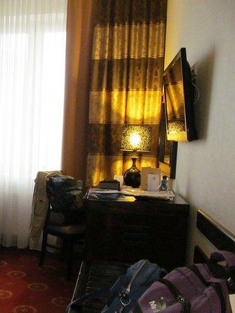 Hotel Columbus: Scrivania e televisore