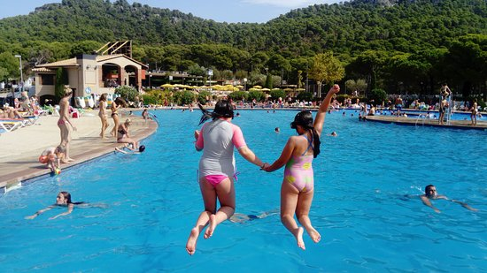 Camping Castell Montgrí: my daughters loved the panorama pool !!!