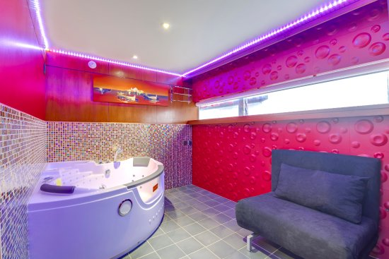 Le vip paris yacht hotel updated 2017 specialty hotel for Chambre avec jacuzzi paris