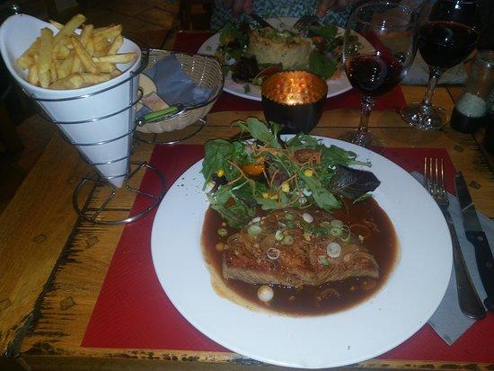 Vencimont, Belgium: Steak façon Grand-Mêre et jus de viande, frites