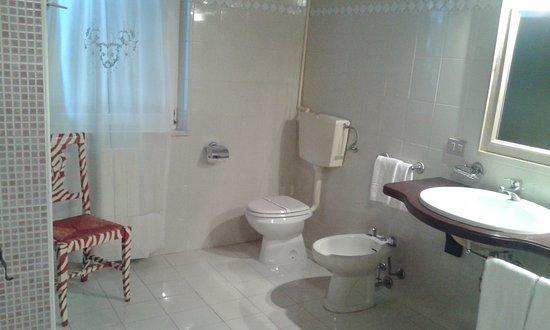 Bagno con doppio lavabo - Bild von Fattoria San Lorenzo ...