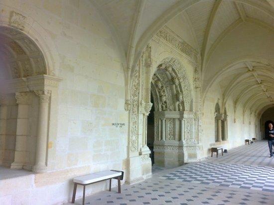 Fontevraud-l'Abbaye, Γαλλία: Kreuzgang mit Eingang zum Kapitelsaal