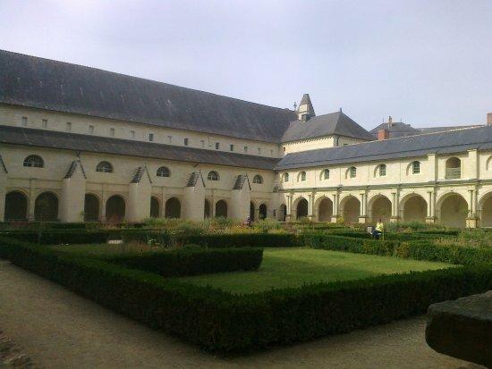 Fontevraud-l'Abbaye, Γαλλία: Innenhof des Kreuzganges