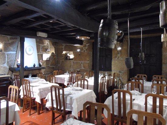 Tondela, Portugal: Uma das sala de refeição. Bem decoradas!