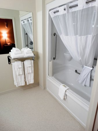 Quispamsis, Canada: Our Barrier Free room is spacious, modern and clean.