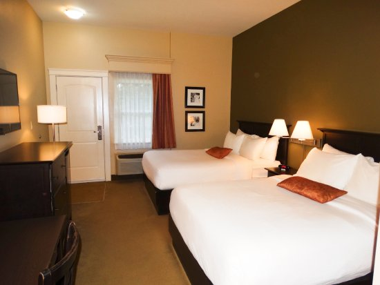 Quispamsis, Canada: Our double room is equipped with two Queen beds and offers a variety of amenities