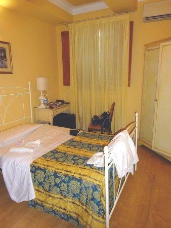 Palazzo dal Borgo Hotel Aprile : Kein Himmelbett, nur ein Schrank ohne Fächer, keine Kommode
