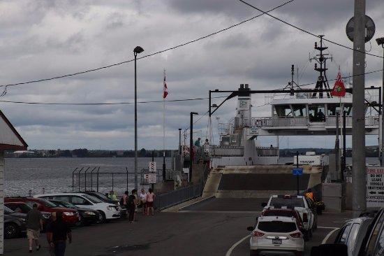 Wolfe Island, Canada: Ready to board again.The ferry was full again!