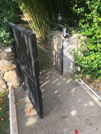 Montagnac, France: Gate to pool does not self close or self lock