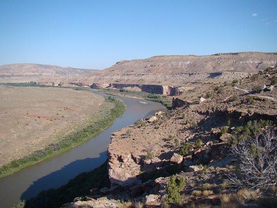 Cisco, UT: A trilha de Kokopelli  nesse trecho está ao lado do rio Colorado.