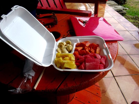 Soda Kawe: Plato de fruta da asporto: banane, ananas, cocomero, papaya