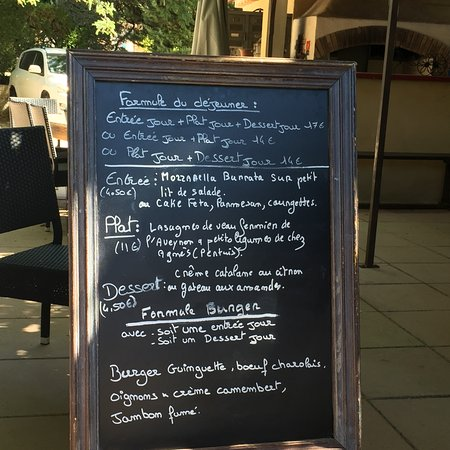 Jouques, Frankrig: The lunch specials on the day we visited. Fantastic value and delicious.