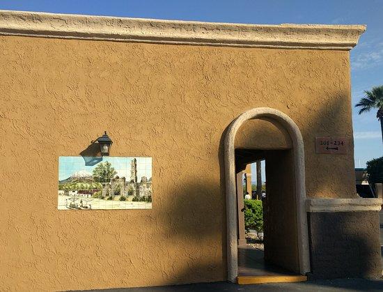 Wickenburg, AZ: Walkway to Front Desk with tile mural
