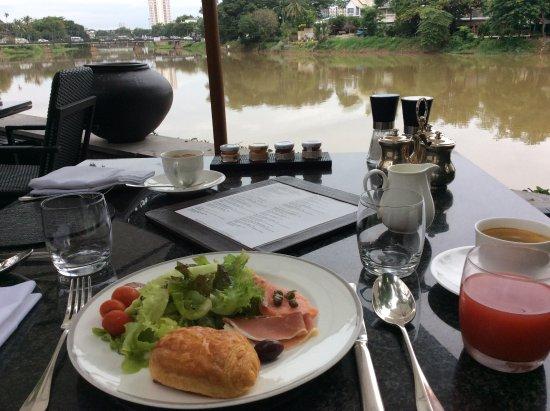 Anantara Chiang Mai Resort: リバーサイドで朝食