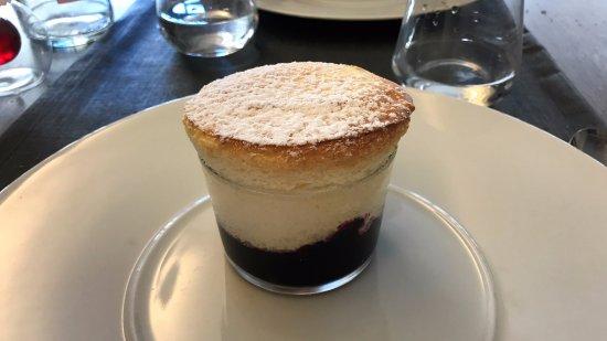 Fleurie, Francja: Soufflé vanille (chaud) et coulis de cassis