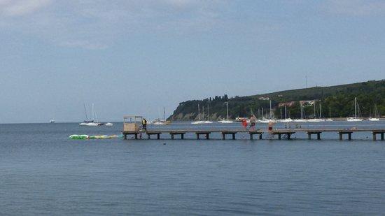 Ankaran, Slovenia: Hotelhof und Strand